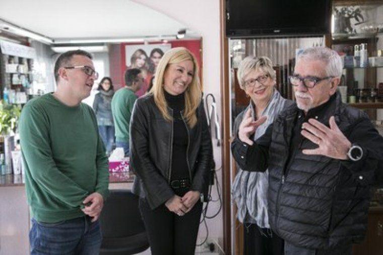 L'alcaldessa de la ciutat, Ana María Martínez, i el regidor de Comerç, Rafael Güeto, amb els propietaris