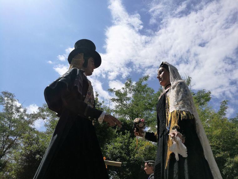 El gegantt Roc i la geganta Paula ballen davant l'ermita de Sant Muç de Rubí.
