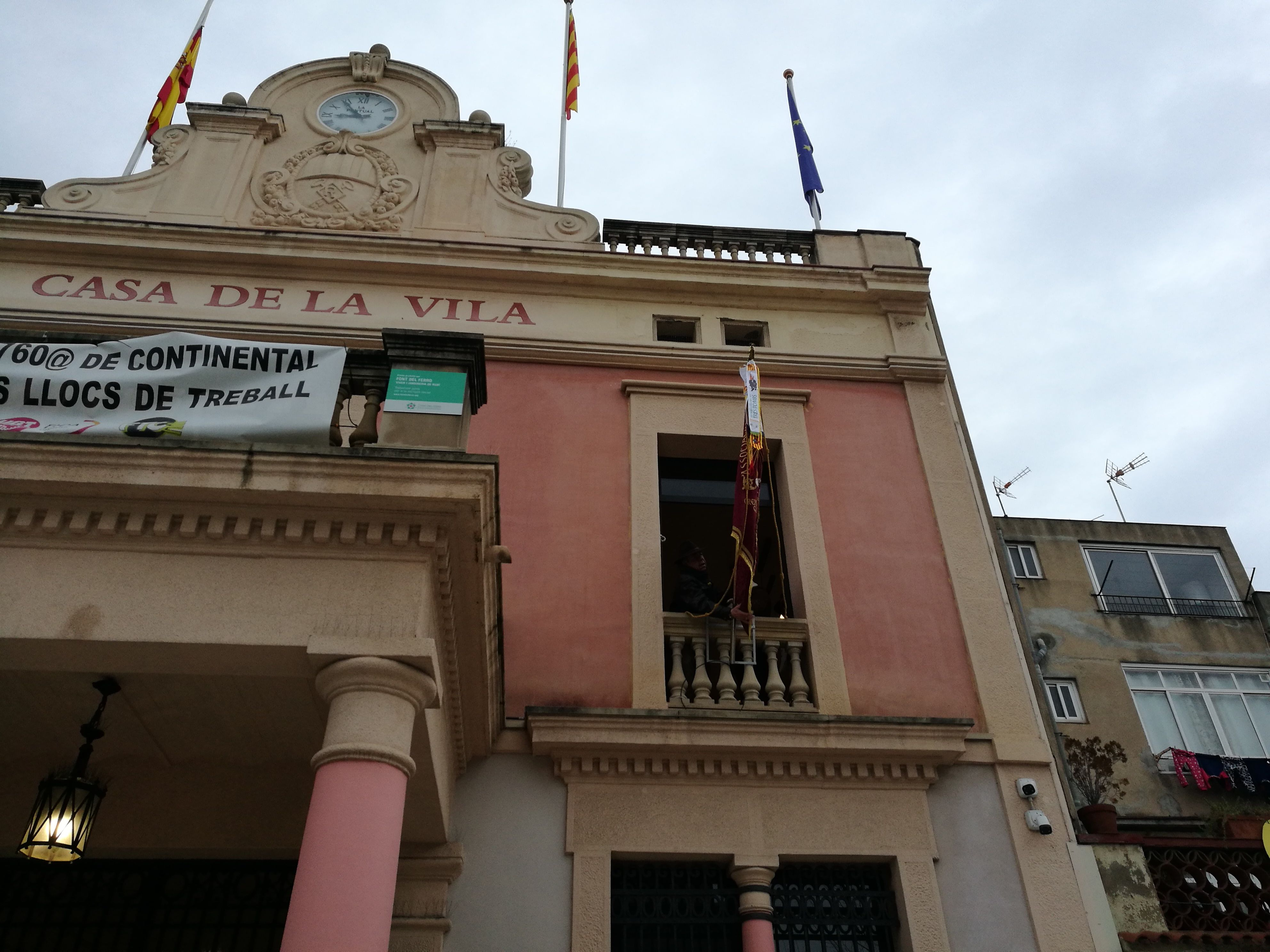 Plantada de la bandera al balcó de l'Ajuntament. NH
