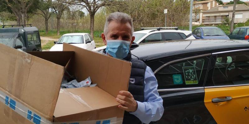 Un taxista recull material de l'empresa rubinenca Robin Hat perquè les persones voluntàries puguin confeccionar mascaretes en una nova mostra de solidaritat. FOTO: Cedida
