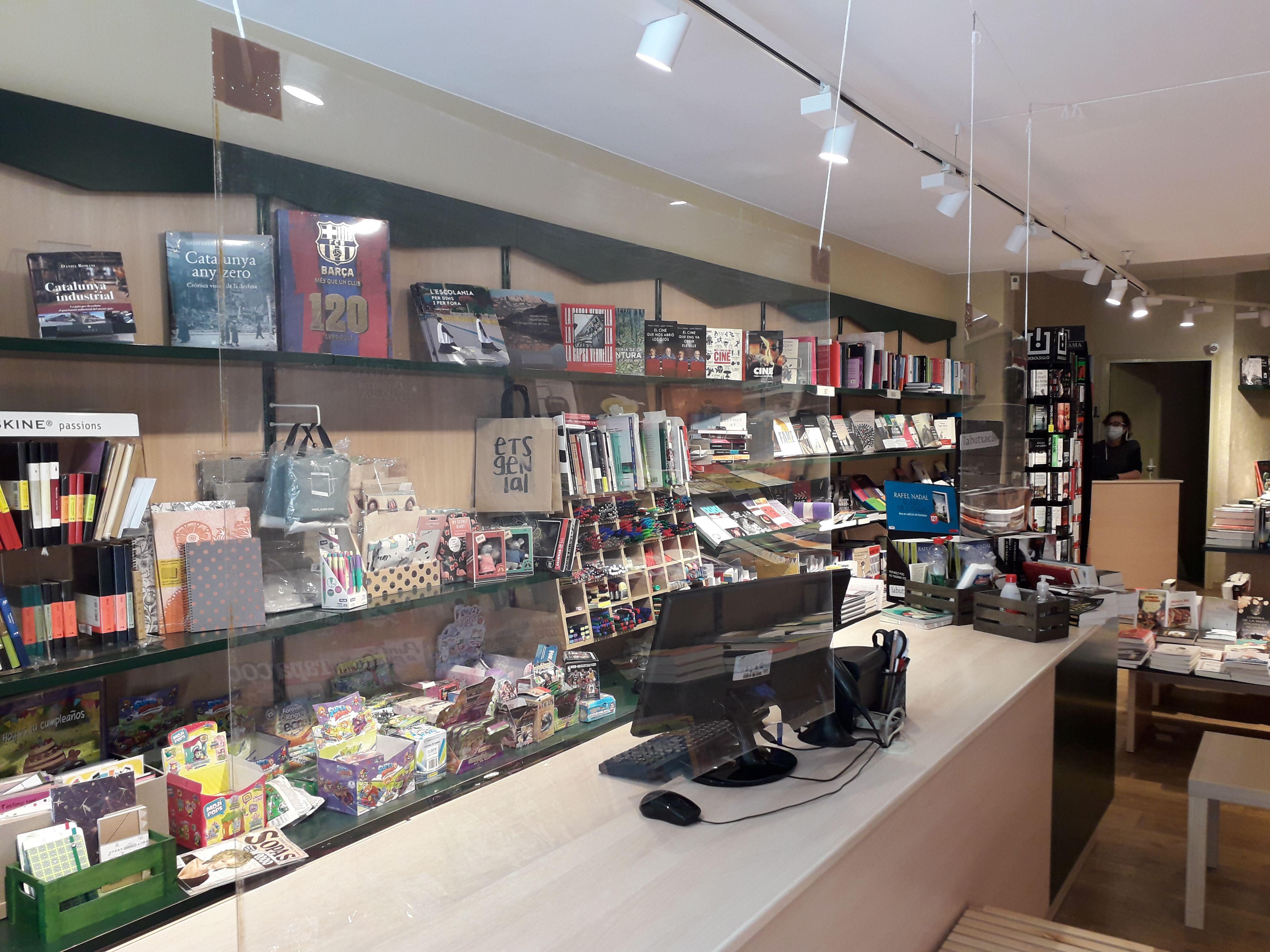 Mampares de protecció a la llibreria L'Ombra. FONT: Núria HS
