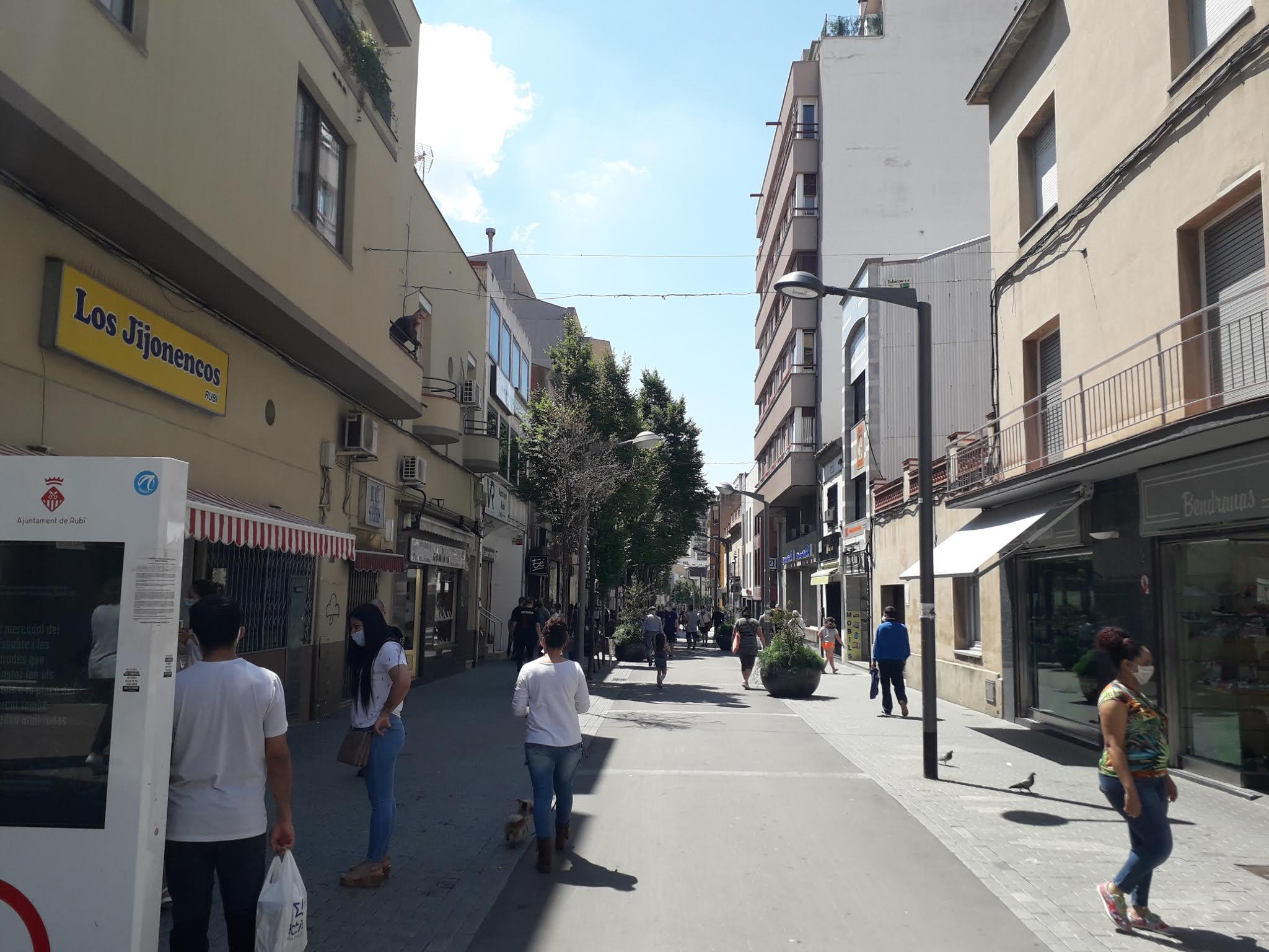 Persones amb mascareta per la via pública en la fase 0,5 de Rubí. FOTO: N. Hueso