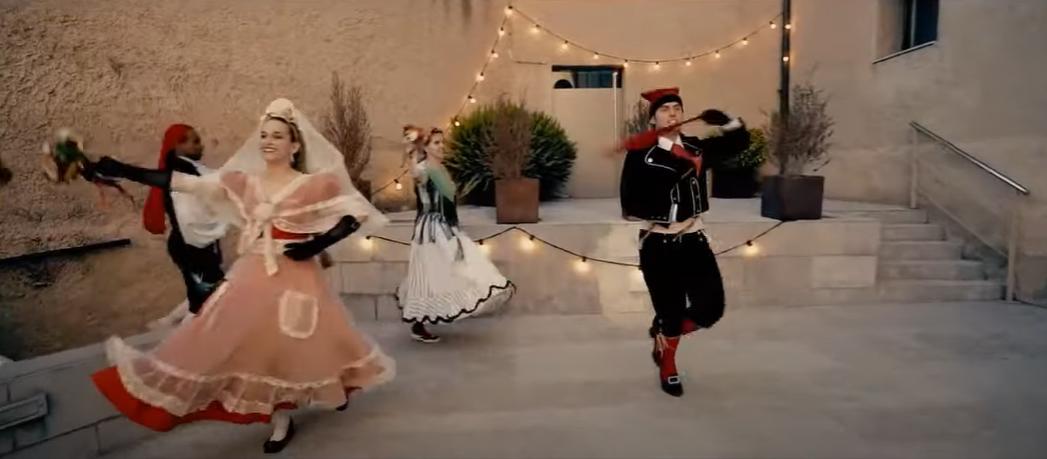 Ballada de l'Esbart Dansaire de Rubí. FOTO: Fotograma del vídeo gravat al parc del Castella