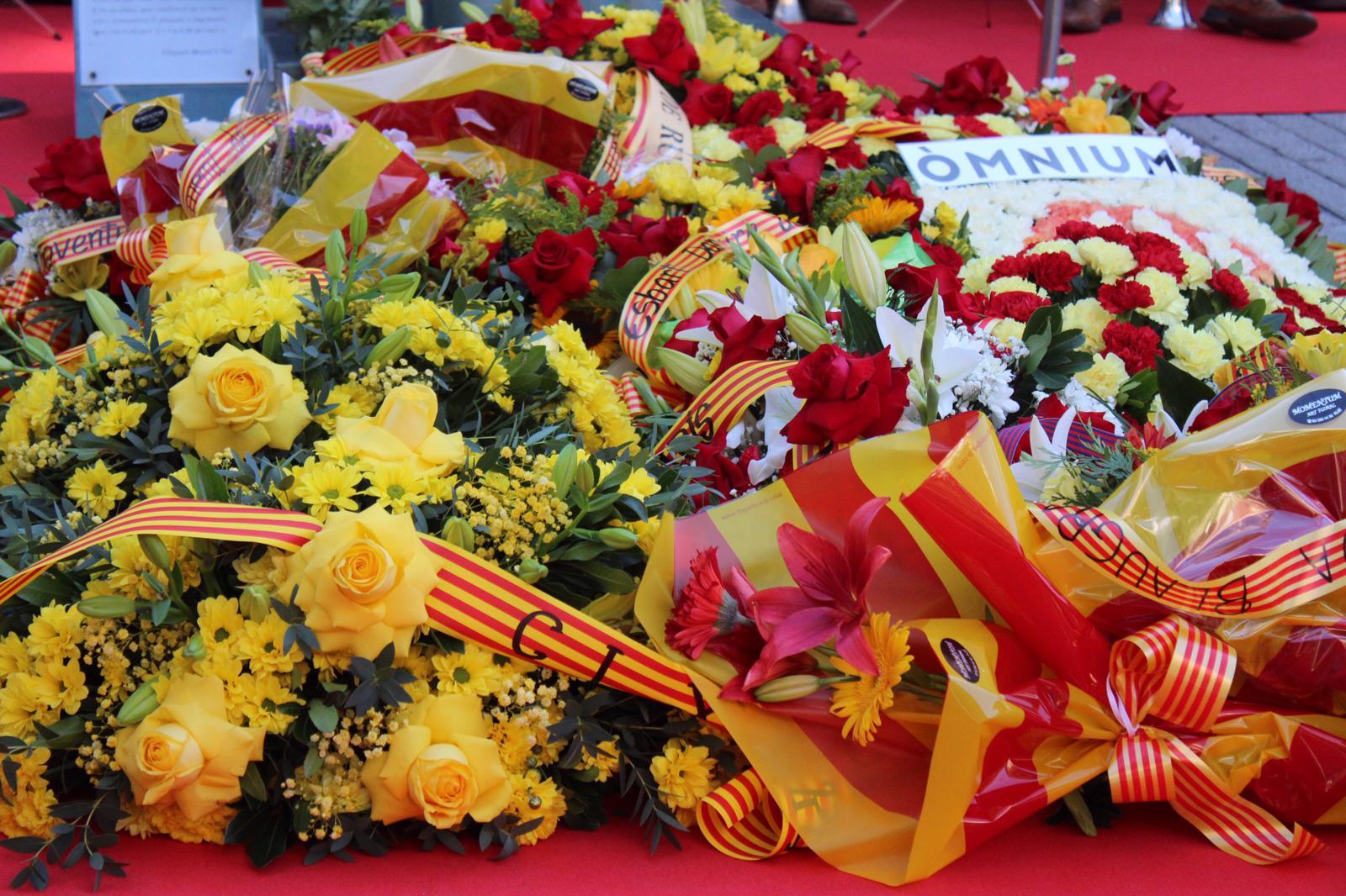 Ofrena floral a la plaça Onze de Setembre. FOTO: Andrea Martínez
