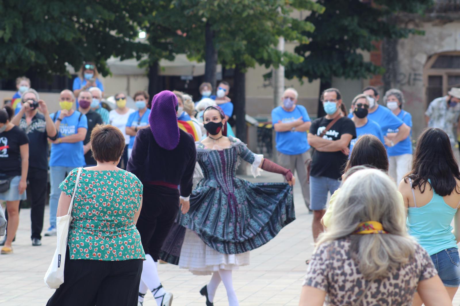 Ballada de l'Esbart Dansaire a la concentració a la plaça Doctor Guardiet. FOTO: Andrea Martínez