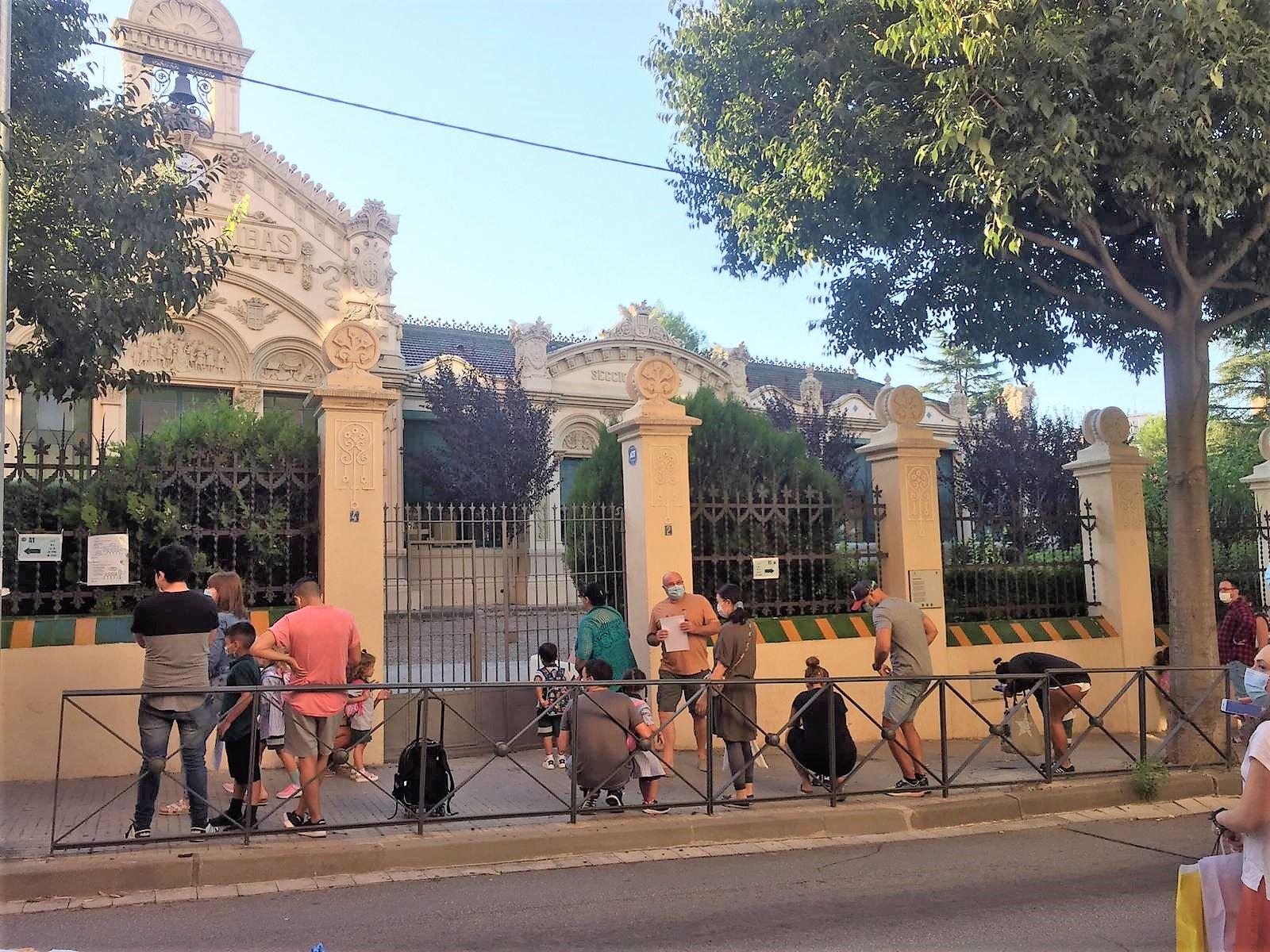 Entrada de les Escoles Ribas de Rubí el primer dia del curs escolar aquest 14 de setembre. FOTO: Andrea Martínez