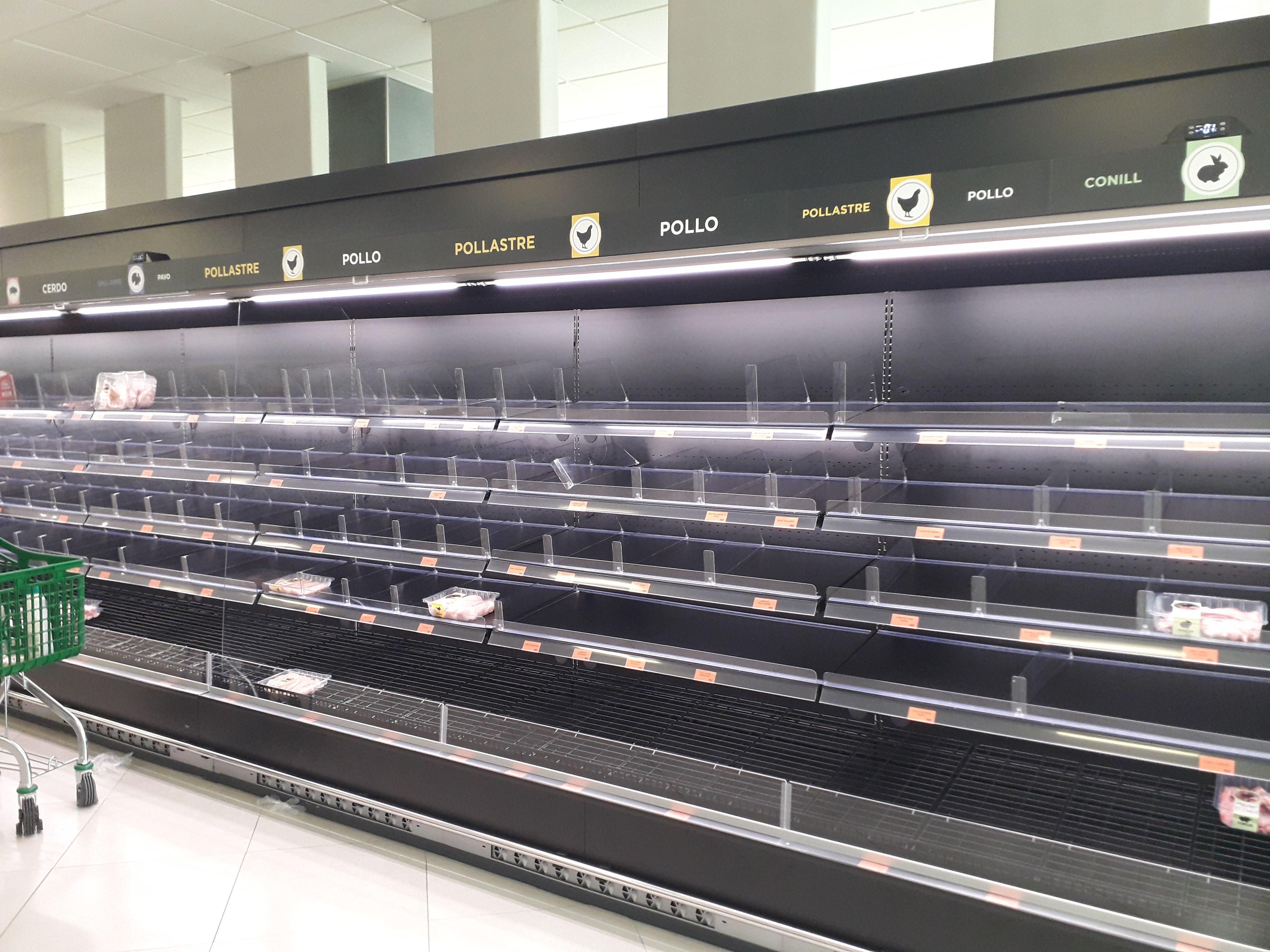 Prestatges buits en una cadena de supermercats de Rubí. FOTO: NHS