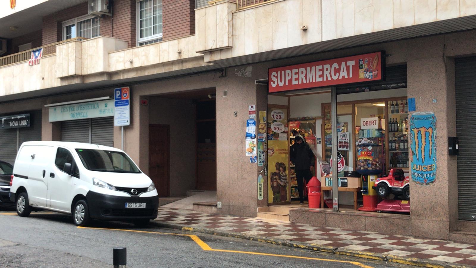 El mal temps i les botigues tancades deixen el centre de Rubí pràcticament buit. FOTO: Andrea Martínez
