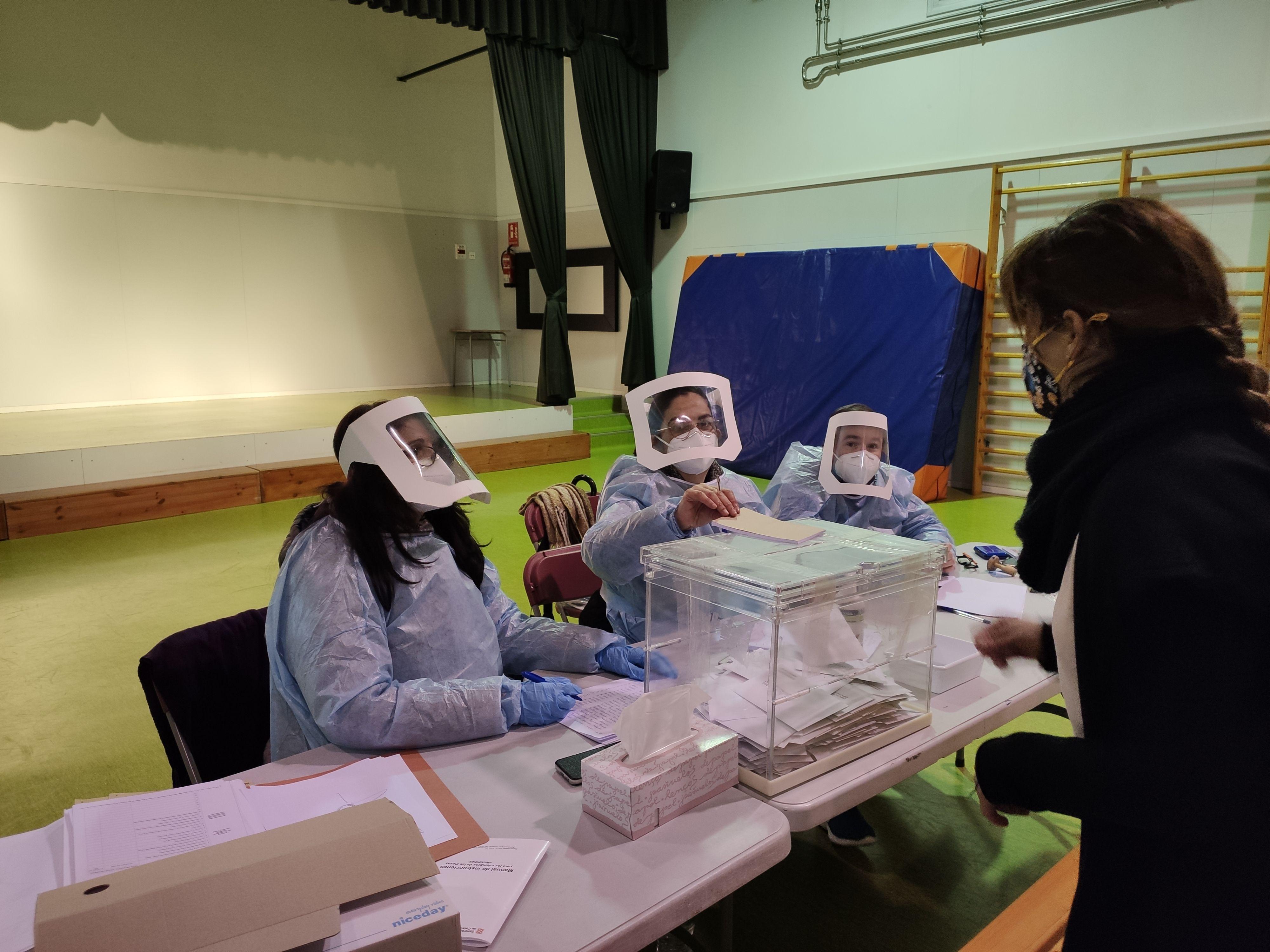 Entrevista a membres de les meses electorals a Rubí. FOTO: Núria H.