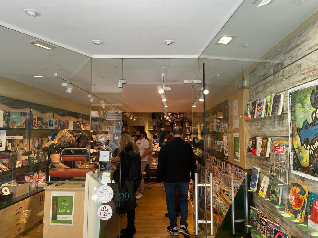 Clientela a l'interior de L'Ombra. FOTO: N. Hueso