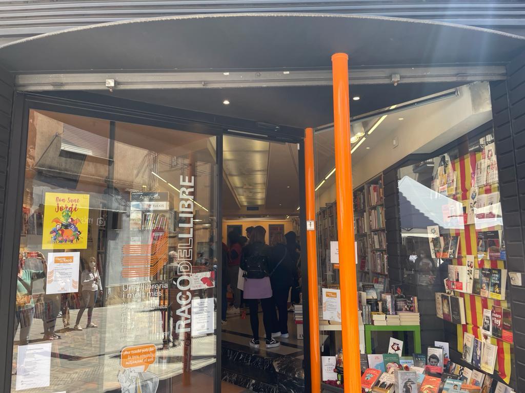 Clientela dins el Racó del Llibre. FOTO: N. Hueso