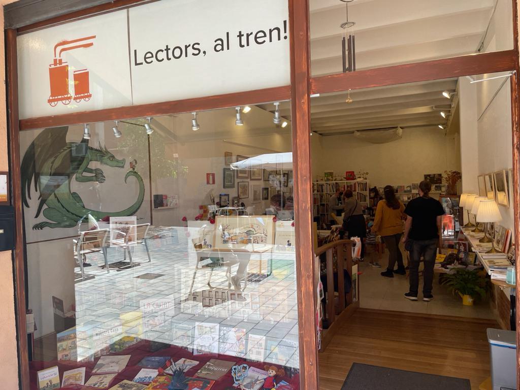 Clientela dins la llibreria Lectors, al tren!. FOTO: N. Hueso