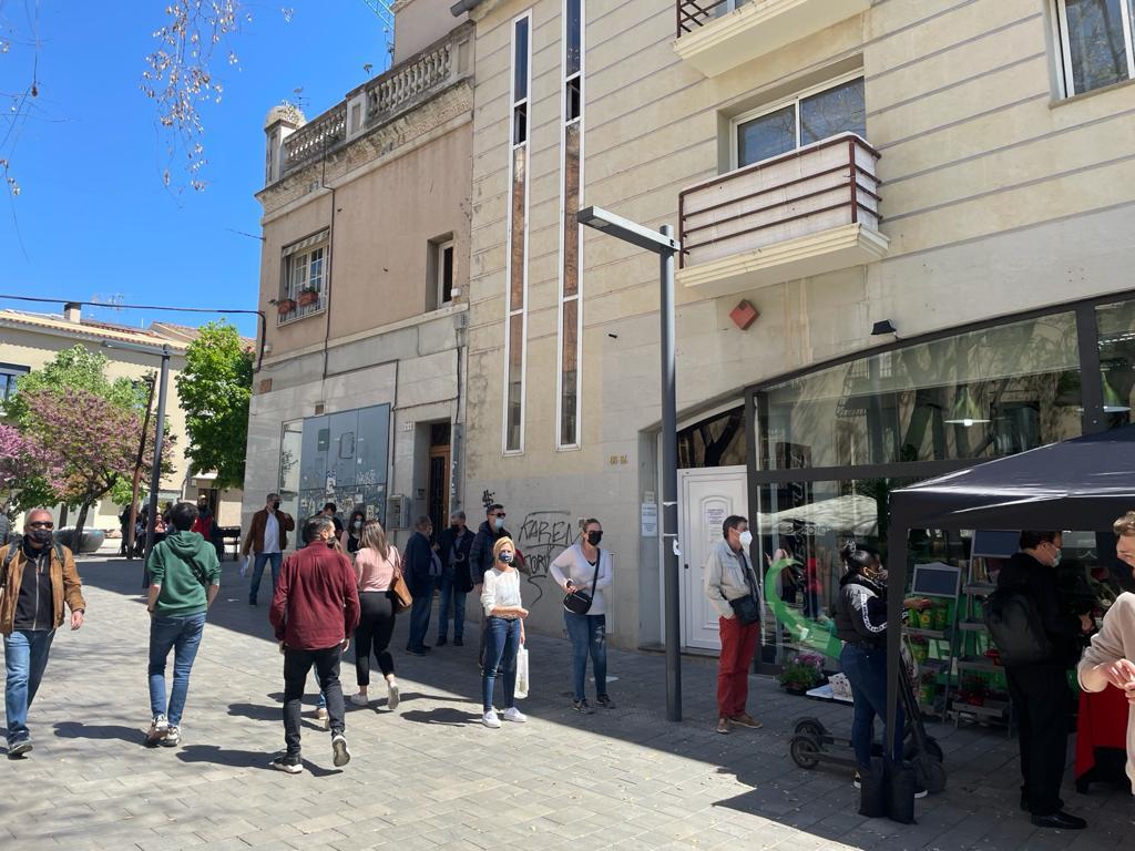 Cues davant la floristeria Momentum. FOTO: N. Hueso