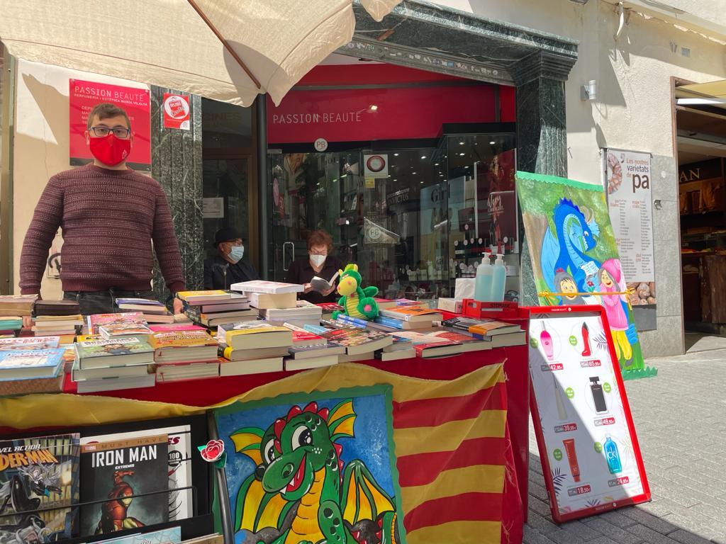 Parada de llibres Vilalta al passeig Francesc Macià. FOTO: N. Hueso
